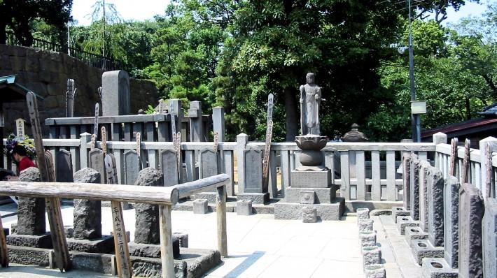 Sengakuji-47-ronin-graves-710x398